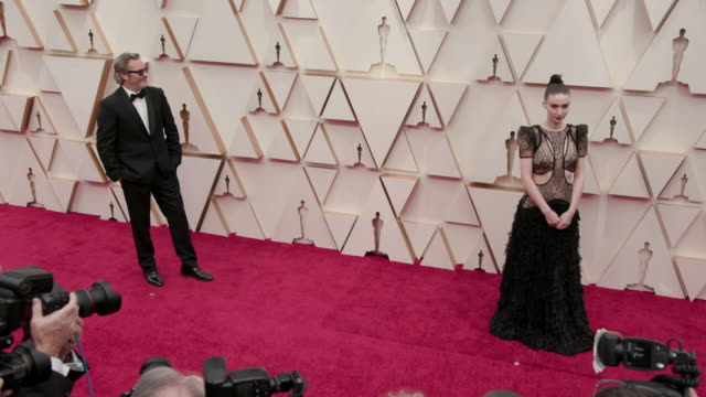 vídeos de stock e filmes b-roll de joaquin phoenix and rooney mara at the 92nd annual academy awards at the dolby theatre on february 09 2020 in hollywood california - cerimónia dos óscares