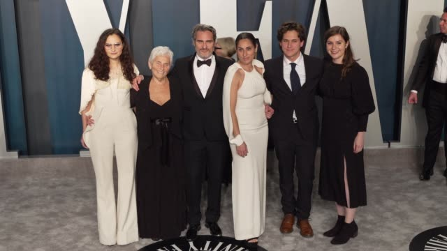 joaquin phoenix arlyn phoenix and rain phoenix at vanity fair oscar party at wallis annenberg center for the performing arts on february 09 2020 in... - vanity fair oscarparty stock-videos und b-roll-filmmaterial