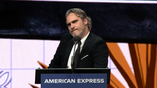 joaquin phoenix at 31st annual palm springs international film festival film awards gala at palm springs convention center on january 02, 2020 in... - ホアキン・フェニックス点の映像素材/bロール