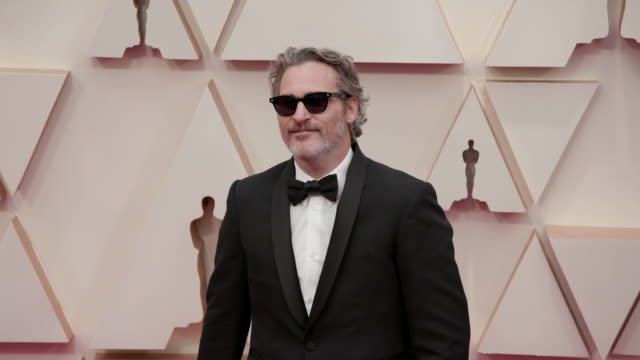 joaquin phoenix at the 92nd annual academy awards - arrivals on february 09, 2020 in hollywood, california. - ホアキン・フェニックス点の映像素材/bロール