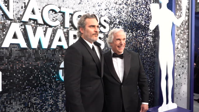 vídeos de stock, filmes e b-roll de joaquin phoenix, henry winkler at the 26th annual screen actors guild awards - red carpet roaming at the shrine auditorium on january 19, 2020 in los... - screen actors guild awards