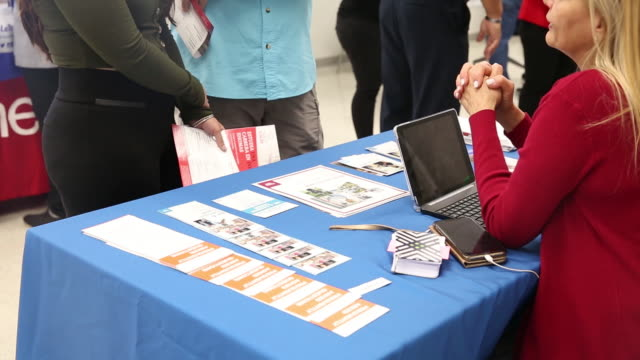 stockvideo's en b-roll-footage met job fair for the hispanic professionals at uagm university in miami florida us on wednesday mar 11 2020 - banenbeurs