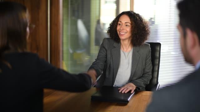 vidéos et rushes de interviewé emploi - trois personnes