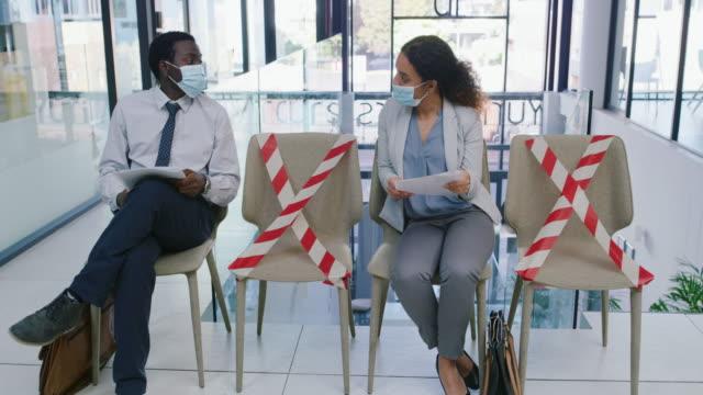 colloqui di lavoro nell'era del distanziamento sociale - colloquio di lavoro video stock e b–roll
