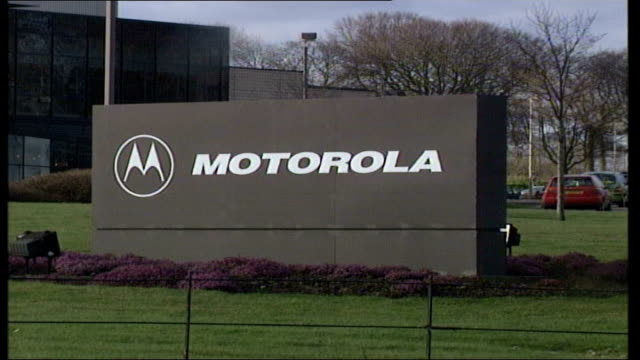 vídeos y material grabado en eventos de stock de job losses expected at motorola; itn scotland: west lothian: bathgate ext gvs sign 'motorola' with buildings in background, cars arriving at plant... - motorola
