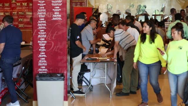 vídeos de stock, filmes e b-roll de job seekers at job fairs in lucas museum of narrative art, los angeles, california, u.s., on monday, sept. 16, 2019. - feira de emprego