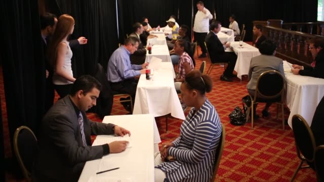 stockvideo's en b-roll-footage met job seekers meet with recruiters during a job fair hosted by the galt house hotel in louisville kentucky us on monday oct 14 2013 job fair in... - banenbeurs