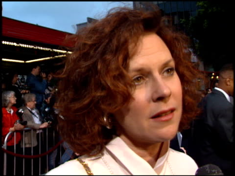 vidéos et rushes de jobeth williams at the 'french kiss' premiere at grauman's chinese theatre in hollywood, california on may 1, 1995. - embrasser sur la bouche