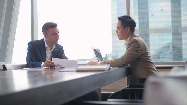役員室でのジョブズ面接 - インタビュー点の映像素材/bロール