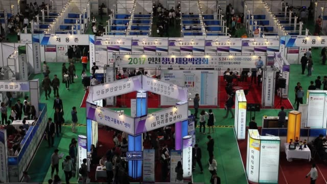 jobseekers attend a job fair in incheon south korea on wednesday may 24 jobseekers look at listings displayed at a job fair - annuncio economico video stock e b–roll