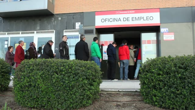 vídeos y material grabado en eventos de stock de jobseekers stand in line outside an employment office before opening in madrid people enter and exit a job center in madrid queues at an employment... - desempleo