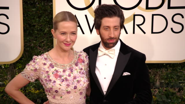 vídeos de stock, filmes e b-roll de jocelyn towne and simon helberg at 74th annual golden globe awards - arrivals at the beverly hilton hotel on january 08, 2017 in beverly hills,... - the beverly hilton hotel