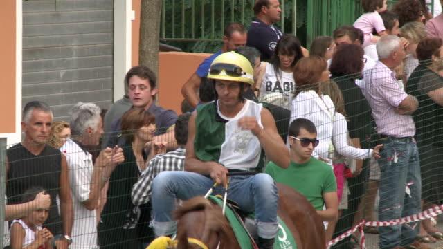 stockvideo's en b-roll-footage met ms pan jockey setting on horseback and walking in front of people / montelongo, molise, italy - alleen één mid volwassen man