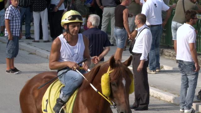 stockvideo's en b-roll-footage met ms pan jockey setting on horseback / montelongo, molise, italy - alleen één mid volwassen man