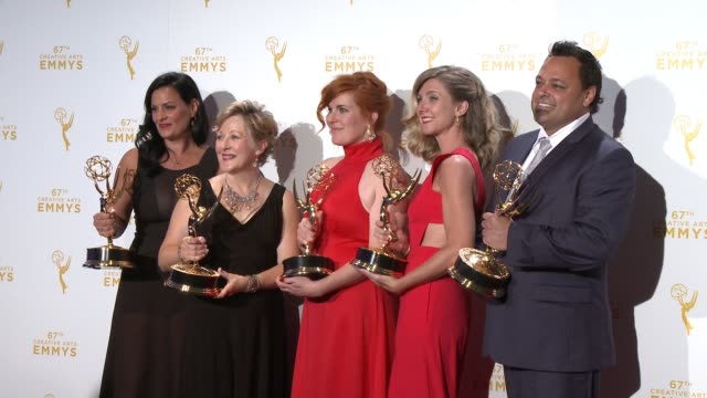 vídeos de stock e filmes b-roll de jodi mancuso, inga thrasher, jennifer serio stauffer, cara hannah sullivan, and joe whitmeyer at the 2015 creative arts emmy awards at microsoft... - microsoft theater los angeles