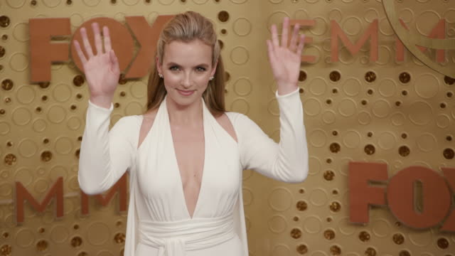 jodie comer at the 71st emmy awards - arrivals at microsoft theater on september 22, 2019 in los angeles, california. - emmy awards stock-videos und b-roll-filmmaterial