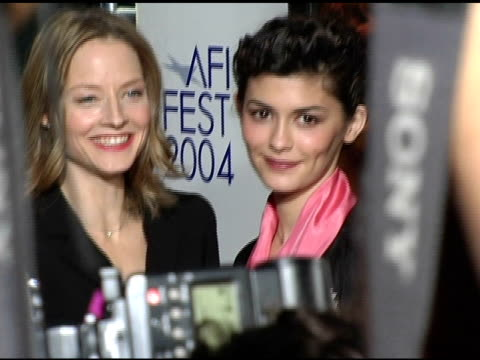 vídeos de stock, filmes e b-roll de jodie foster and audrey tautou at the 2004 afi film festival 'a very long engagement' arrivals at grauman's chinese theatre in hollywood california... - um longo domingo de noivado