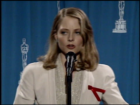 vídeos de stock e filmes b-roll de jodie foster at the 1992 academy awards at dorothy chandler pavilion in los angeles, california on march 30, 1992. - 1992