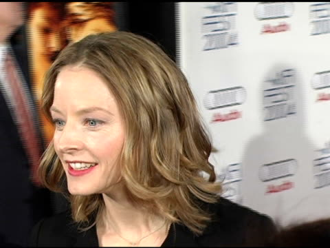 vídeos de stock, filmes e b-roll de jodie foster at the 2004 afi film festival 'a very long engagement' arrivals at grauman's chinese theatre in hollywood california on november 10 2004 - um longo domingo de noivado