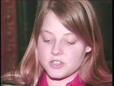 stockvideo's en b-roll-footage met jodie foster reads a statement saying that she has cooperated with the fbi and other federal authorities after receiving correspondence from john... - united states and (politics or government)