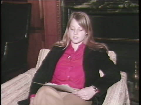jodie foster reads a statement saying that she has cooperated with the fbi and other federal authorities after receiving correspondence from john... - united states and (politics or government) stock videos & royalty-free footage