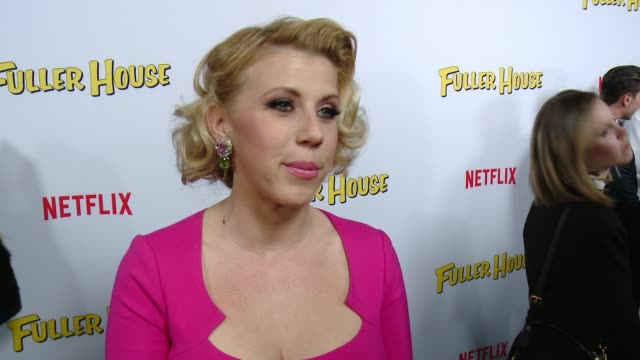 vídeos de stock, filmes e b-roll de interview jodie sweetin on what it's like to be part of this new series and what fans should expect at the netflix's fuller house premiere at pacific... - the grove los angeles