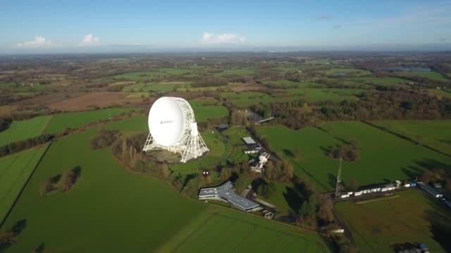 jodrell bank observatory aerial video right to left - bank stock-videos und b-roll-filmmaterial