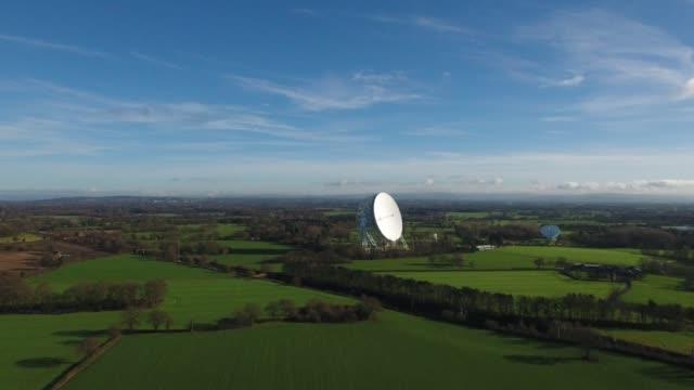 jodrell bank observatory aerial video rising shot - bank stock-videos und b-roll-filmmaterial