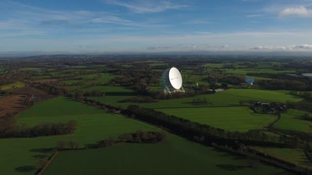 jodrell bank observatory aerial video tracking shot - bank stock-videos und b-roll-filmmaterial