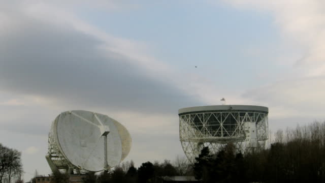 t/l jodrell bank, observatory, part of the school of physics and astronomy at the university of manchester.  lovell radio telescope - astronomy telescope stock videos and b-roll footage