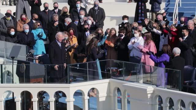 joe biden is sworn in as u.s. president as his wife dr. jill biden and other family members look on during his inauguration on the west front of the... - 就任式点の映像素材/bロール