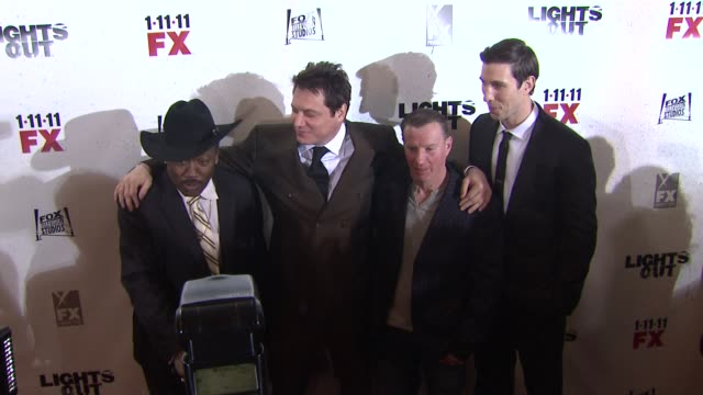 joe frazier, holt mccallany, micky ward and pablo schreiber at the 'lights out' new york premiere at new york ny. - パブロ シュライバー点の映像素材/bロール