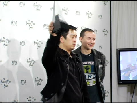vídeos de stock, filmes e b-roll de joe hahn and chester bennington of linkin park winners of alternative music favorite artist at the 2004 american music awards press room at the... - linkin park