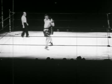 joe louis + james braddock boxing while referee watches - 1937 bildbanksvideor och videomaterial från bakom kulisserna