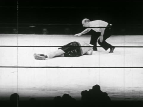stockvideo's en b-roll-footage met joe louis knocking out james braddock referee counting - 1937