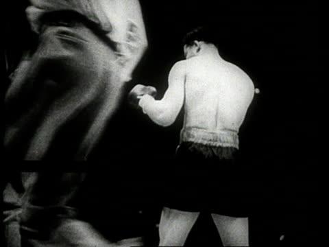 joe louis punching / louis blocking / louis defeats max schmeling / yankee stadium, new york city, new york, usa - pesi massimi video stock e b–roll