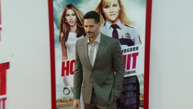 "joe manganiello at the ""hot pursuit"" los angeles premiere at tcl chinese 6 theatres on april 30, 2015 in hollywood, california. - 格朗曼的中國劇院 個影片檔及 b 捲影像"