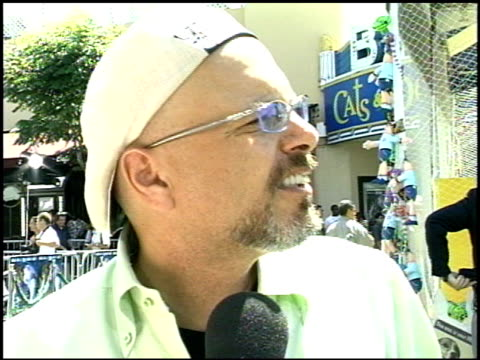joe pantoliano at the 'cats and dogs' premiere at the mann village theatre in westwood california on june 23 2001 - レジェンシービレッジシアター点の映像素材/bロール