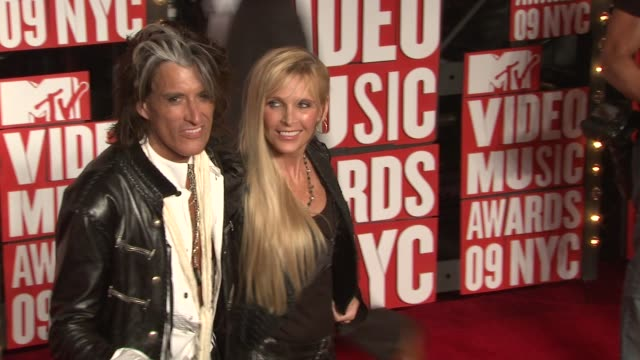 joe perry and his wife billie perry at the 2009 mtv video music awards at new york ny. - エアロスミス点の映像素材/bロール