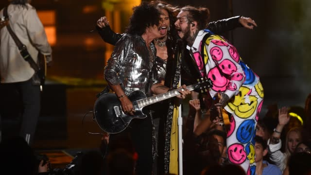 joe perry and steven tyler of aerosmith with post malone perform onstage the 2018 mtv video music awards at radio city music hall on august 20, 2018... - エアロスミス点の映像素材/bロール