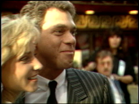 stockvideo's en b-roll-footage met joe piscopo at the beverly hills cop ii premiere at grauman's chinese theatre in hollywood, california on may 19, 1987. - tcl chinese theatre