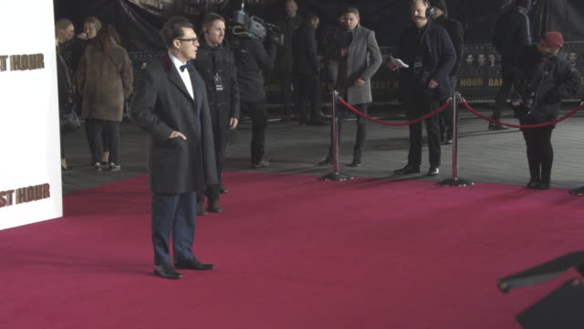 joe wright at 'darkest hour' - uk premiere at odeon leicester square on december 11, 2017 in london, england. - ジョーライト点の映像素材/bロール