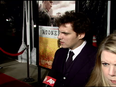 joe wright at the 'atonement' film premiere at null in los angeles, california on december 6, 2007. - ジョーライト点の映像素材/bロール