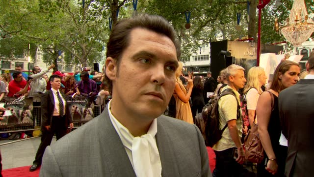 joe wright on casting and different forms of love at anna karenina world premiere anna karenina world premiere at odeon leicester square on september... - ジョーライト点の映像素材/bロール