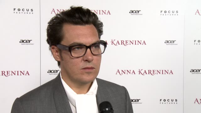 joe wright on how he came up with the idea to shoot the film mainly in an old theatre and why, on working with keira knightley again and her... - ジョーライト点の映像素材/bロール