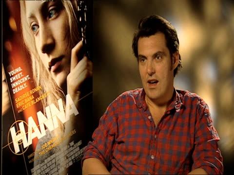 joe wright on saoirse and her character at the hanna interviews at london england. - ジョーライト点の映像素材/bロール
