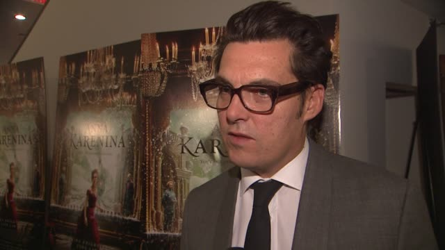 joe wright on why he wanted to tell the story, on the portrayal of anna in this film, on the style of the film, and on tom stoppard at the 'anna... - ジョーライト点の映像素材/bロール