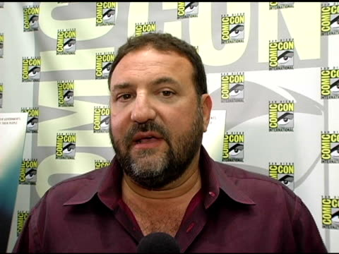 vídeos y material grabado en eventos de stock de joel silver on acquiring the rights to 'v for vendetta' how director james mcteigue became attached to the film on the graphic novel it is based on... - natalie portman