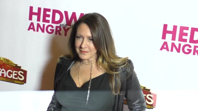 vídeos de stock e filmes b-roll de joely fisher at opening night of 'hedwig and the angry inch' on november 02 2016 in los angeles california - joely fisher