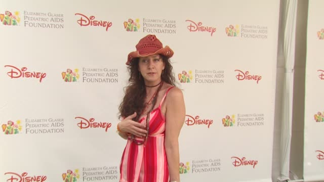 vídeos de stock e filmes b-roll de joely fisher at the 21st annual 'a time for heroes' celebrity picnic benefit at los angeles ca - joely fisher